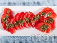 Рецепта Салата от домати и сос песто